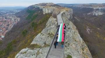 12-метрово знаме се развя над крепоста Овеч