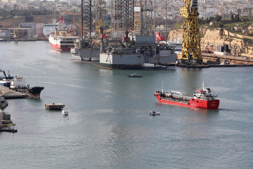 малтийски военни щурмуваха отвлечения мигранти танкер