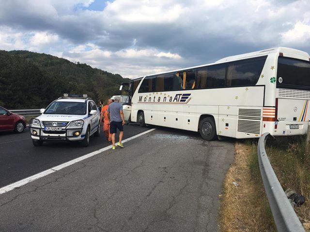 снимка 1 Осем души пострадаха при катастрофа с автобус на магистрала Хемус