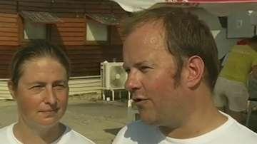 Двама холандци събират с плуване пари за навес във варненското село Тополи