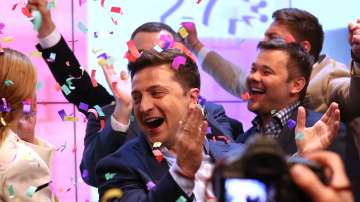 Зеленски приема поздрави след победата си на изборите в Украйна