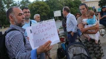 Палатковият лагер пред президентството чака вето на Закона за Черноморието