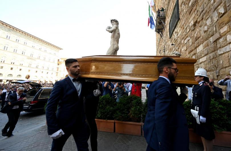Хиляди се събраха в центъра на Флоренция, за да отдадат