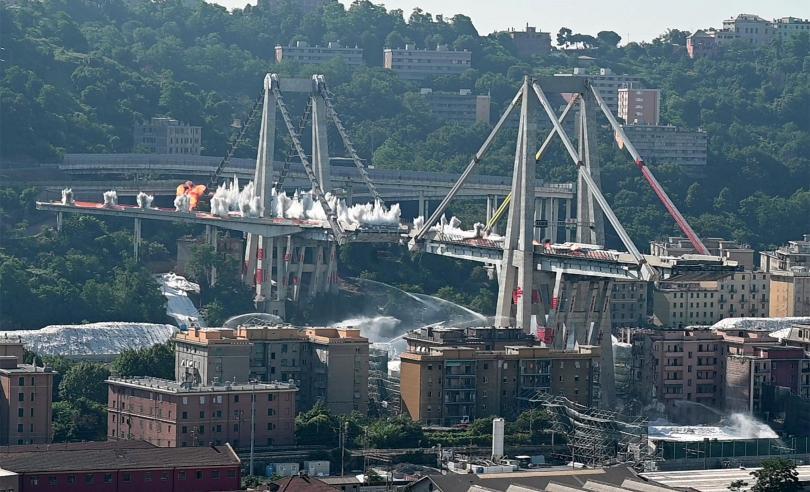 снимка 4 Разрушиха моста Моранди край Генуа (Снимки)