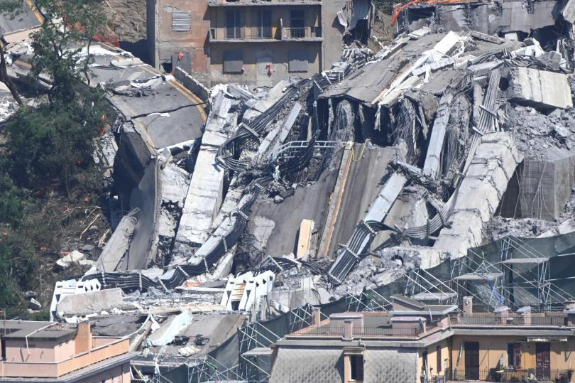 снимка 1 Минута мълчание, камбанен звън и аплодисменти за жертвите на моста в Генуа