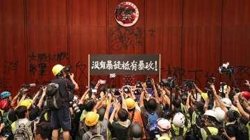 Хонконг отбеляза с тържества и протести 22 години от предаването си на Китай