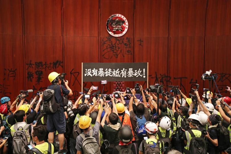 Масова демонстрация и щурмуване на регионалния парламент в деня, когато