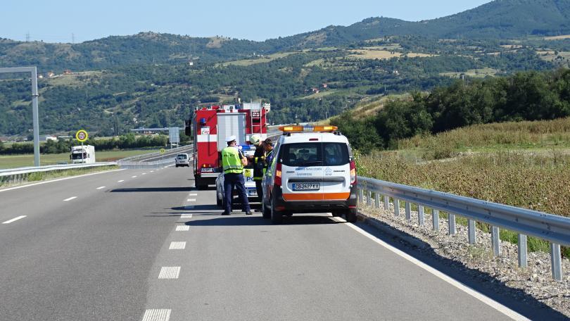 снимка 1 Трима ранени, след като кола изхвърча от магистрала Струма