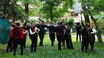 200 самодейци направиха възстановка на освобождението на Банско