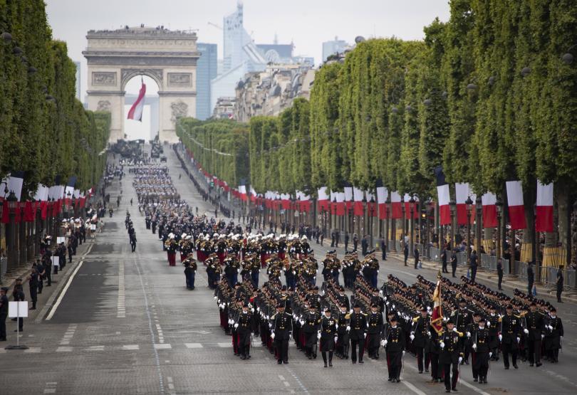 снимка 4 Франция отбеляза тържествено 230 години от щурма на Бастилията (Снимки)