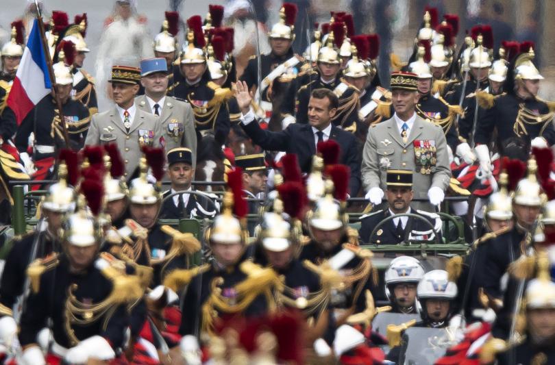снимка 5 Франция отбеляза тържествено 230 години от щурма на Бастилията (Снимки)
