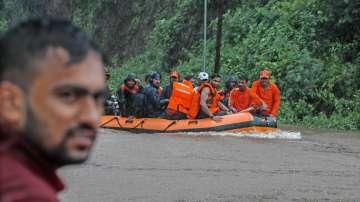 Спасиха 700 души в Индия, застигнати от наводнение във влак