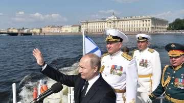 Путин присъства на военен парад, Навални е в болница (Снимки)