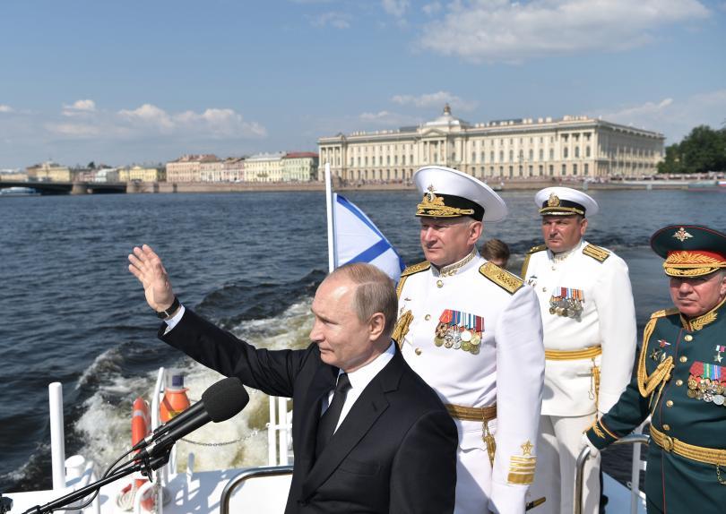 снимка 8 Путин присъства на военен парад, Навални е в болница (Снимки)