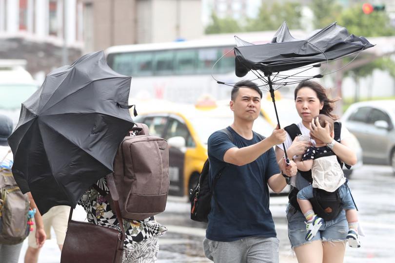 Китайските власти са евакуирали над милион души заради супер тайфуна