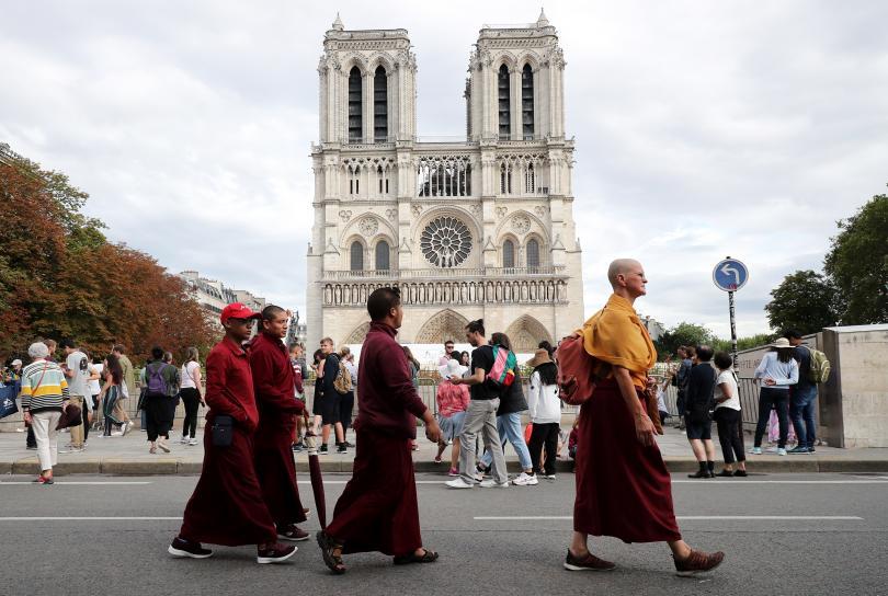 """Придвижването на пешеходци и транспортни средства около изгорялата катедрала """"Нотр"""