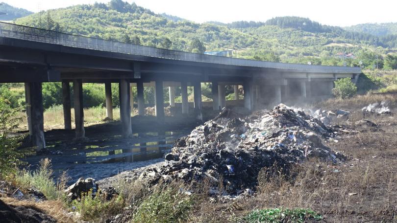 Снимка: Две обвинения получи собственикът на депото, което подпали моста на Струма