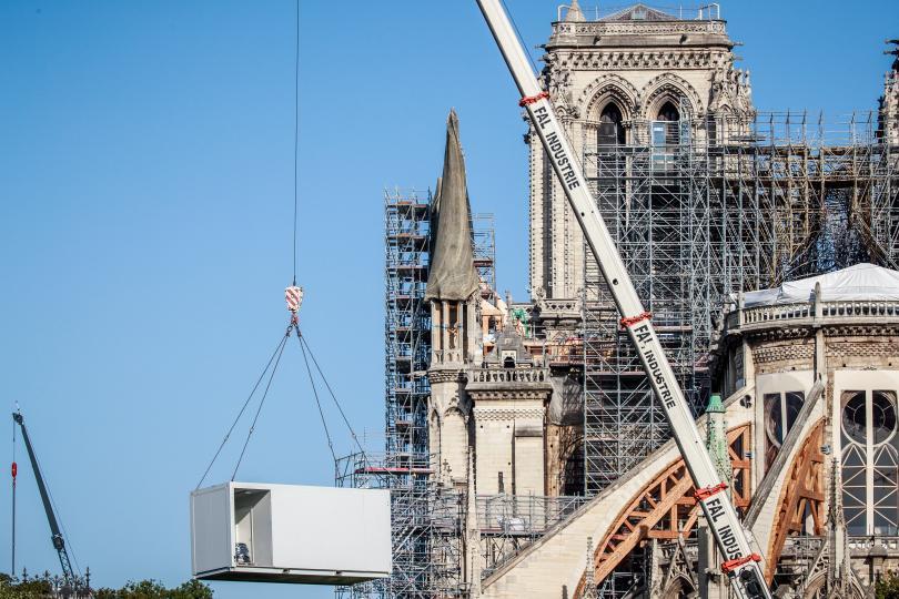 В Париж възобновиха работата по възстановяването на катедралата