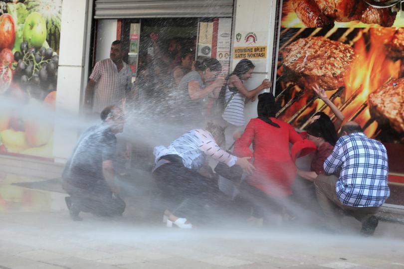 Напрежение и протести в Югоизточна Турция предизвика отстраняването на трима