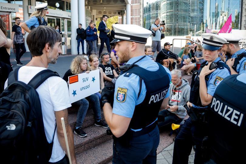 Десетки хиляди души протестираха в германския град Франкфурт за транспортни
