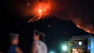 Вятърът разпалва горски пожар край Атина