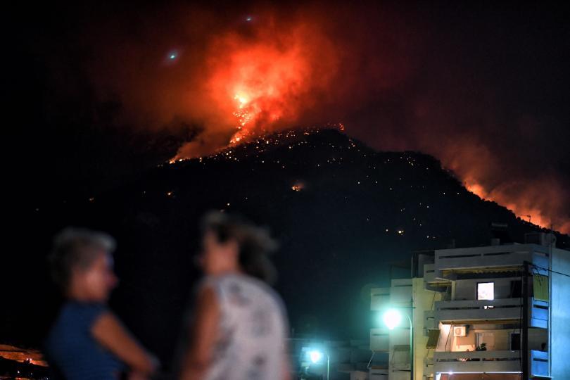 Над 160 огнеборци се опитват да овладеят огромен горски пожар