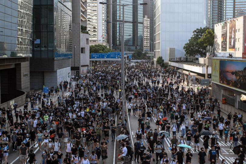 Поредна гореща неделя в Хонконг, където вече месеци не стихват