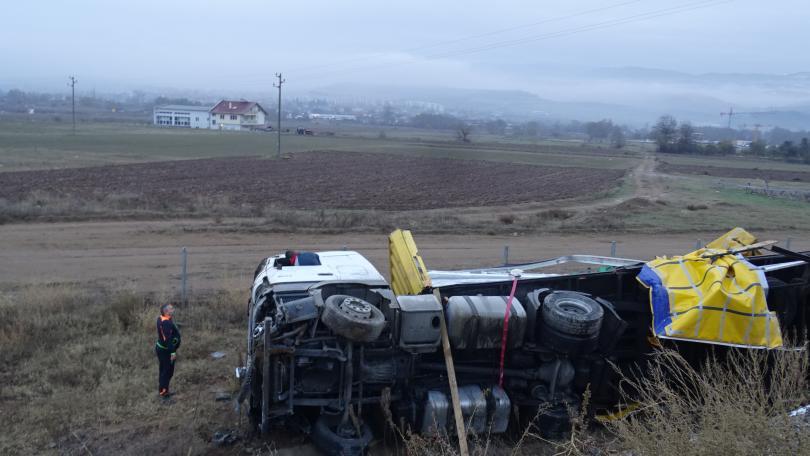 снимка 1 ТИР се обърна на АМ Струма край Благоевград