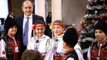 Децата на Българската Коледа украсиха елхата в Гербовата зала