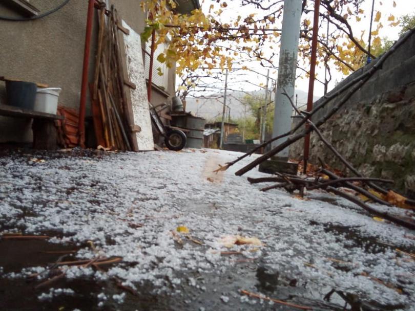 Градушка падна над Белоградчик този следобед. За минути улиците побеляха.