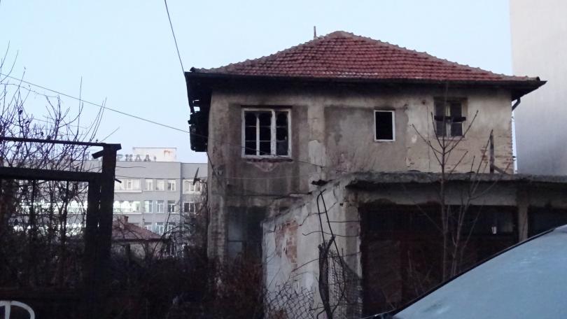 26-годишен мъж бе обгазен след пожар в къща в Благоевград (Снимки)