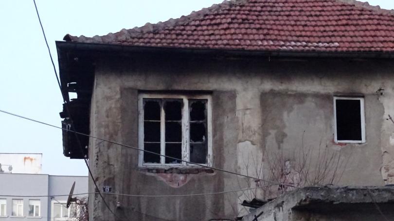 снимка 1 26-годишен мъж бе обгазен след пожар в къща в Благоевград (Снимки)
