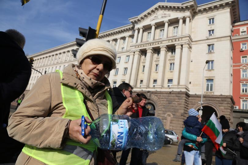 снимка 2 Перничани протестираха с празни бутилки за вода в столицата