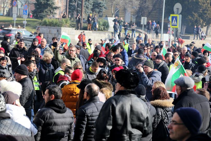 снимка 1 Перничани протестираха с празни бутилки за вода в столицата