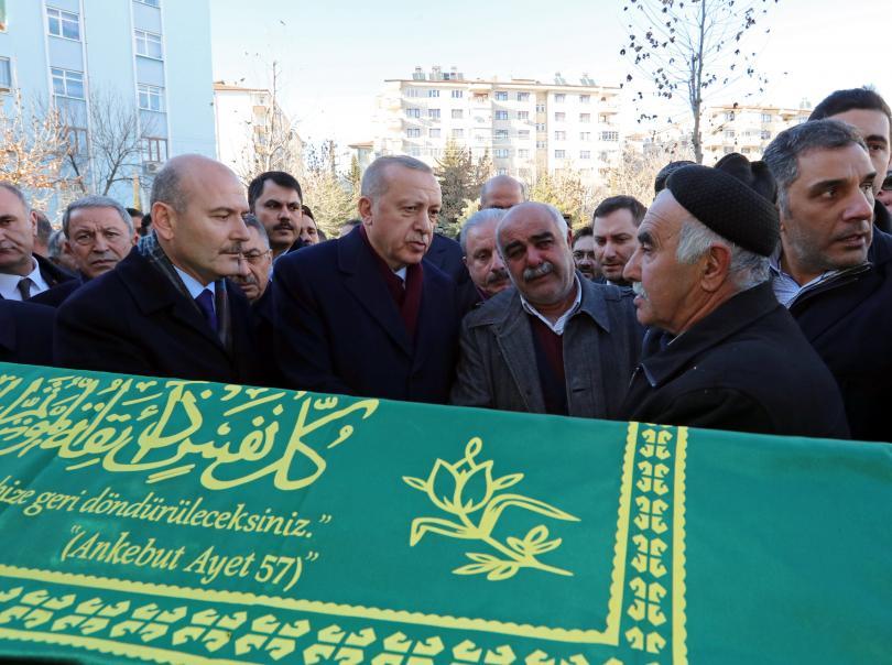 Ердоган пристигна на мястото на земетресението