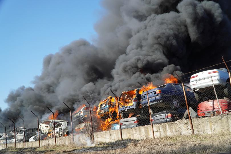 Огромен пожар избухна в автоморга в близост до жп гарата