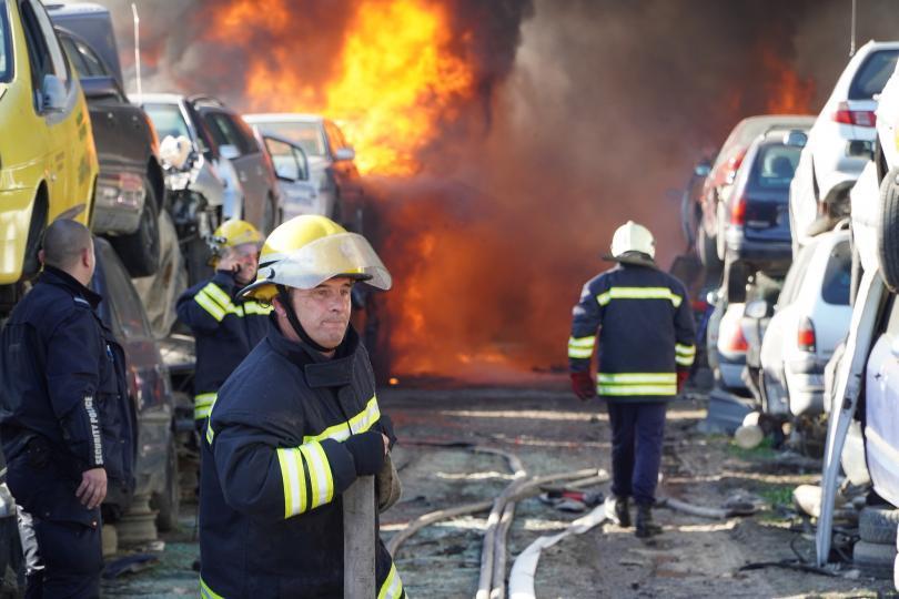 снимка 2 80 автомобила изгоряха в автоморга в Хасково (Снимки)