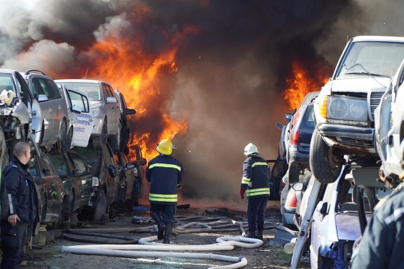 снимка 3 80 автомобила изгоряха в автоморга в Хасково (Снимки)