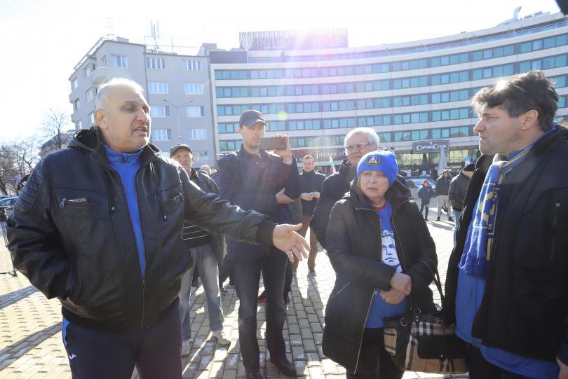 снимка 1 Фенове на Левски излязоха на протест пред Народното събрание