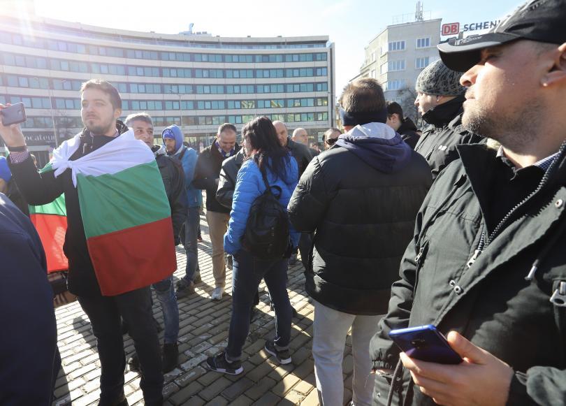 снимка 2 Фенове на Левски излязоха на протест пред Народното събрание
