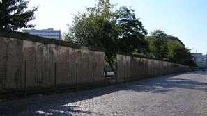 Фотоизложбата Стената на показ пред Народния театър