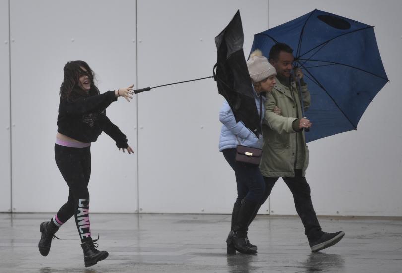 Армията помага на местните власти срещу бурята Денис във Великобритания