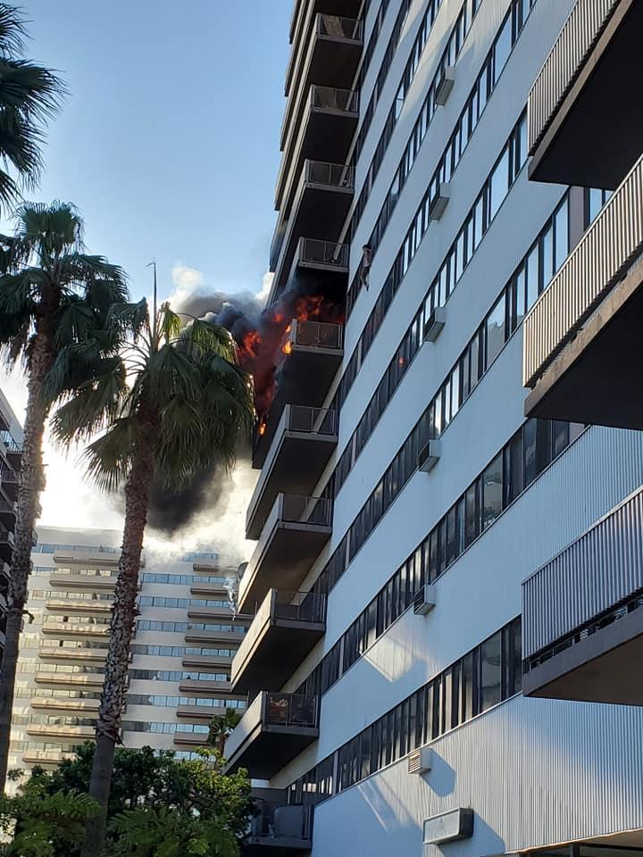 Осем души пострадаха при пожар в 25-етажна жилищна сграда в