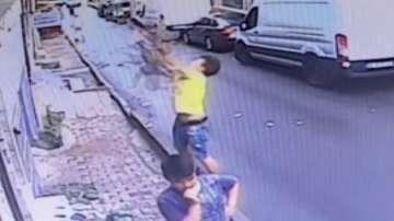 Мигрант спаси дете, полетяло от прозореца
