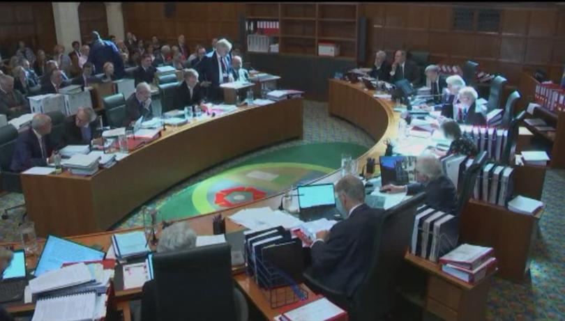 Законно ли е спирането на работата на британския парламент? Това