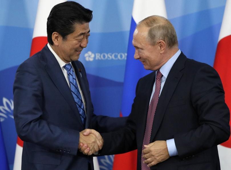 Японският премиер Шиндзо Абе и руският президент Владимир Путин се срещнаха в източния руски град Владивосток
