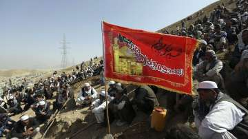 Близо 90 души са убити след два самоубийствени атентата в Афганистан