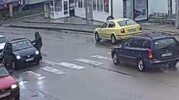 Агресия в Казанлък: Млад мъж нападна с тръба възрастен заради засечка на пътя