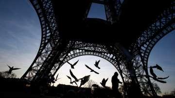 Изграждат защитна стъклена стена около Айфеловата кула