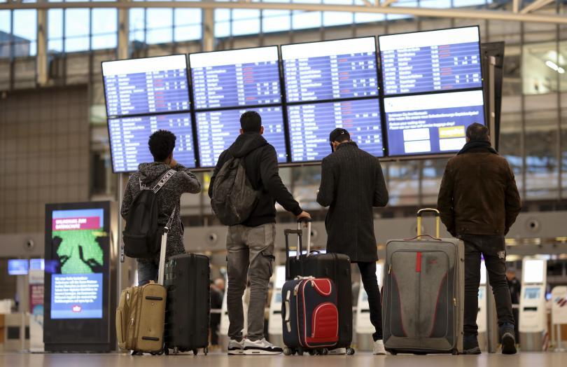Общо 570 полета бяха отменени и 220 000 пътници бяха